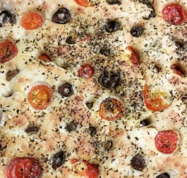 Focaccia con pomodorini, alici e olive